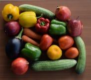 Świezi warzywa i owoc w kolorowym tęczy przygotowania obraz stock