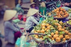 Świezi warzywa i owoc w tradycyjnym ulicznym rynku w Hano zdjęcie royalty free