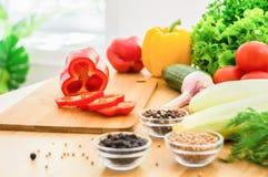 Świezi warzywa i pikantność na drewnianym stole przed okno Lata jedzenie zdjęcie stock