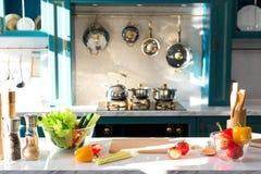 świezi warzywa i pikantność na stole Obrazy Royalty Free
