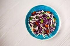 Świezi warzywa i zieleni sałatka nad białym drewnianym tłem Zdjęcie Stock