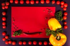 Świezi warzywa na czarnym stole jesienią zbliżenie kolor tła ivy pomarańczową czerwień liści Fotografia Royalty Free