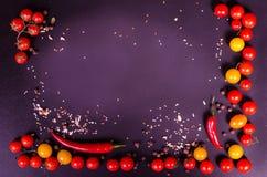 Świezi warzywa na czarnym stole jesienią zbliżenie kolor tła ivy pomarańczową czerwień liści Obrazy Stock