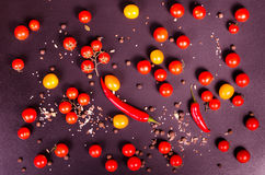 Świezi warzywa na czarnym stole jesienią zbliżenie kolor tła ivy pomarańczową czerwień liści Zdjęcie Stock