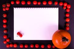 Świezi warzywa na czarnym stole jesienią zbliżenie kolor tła ivy pomarańczową czerwień liści Zdjęcia Royalty Free