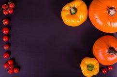 Świezi warzywa na czarnym stole jesienią zbliżenie kolor tła ivy pomarańczową czerwień liści Fotografia Stock