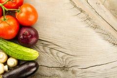 Świezi warzywa na drewnianym tle Ikona dla zdrowego łasowania, diety, ciężar strata Zdjęcie Stock