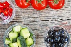 Świezi warzywa na drewnianym tle, zbliżenie Składniki czeka jarzynowego detox pomidor oliwki, ogórki, oni Obrazy Royalty Free