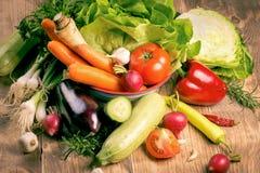Świezi warzywa na drewnianym wieśniaka stole Zdjęcia Royalty Free