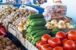 Świezi warzywa na wprowadzać na rynek kontuar Zdjęcie Stock