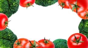 Świezi warzywa, pomidory i brokuły wokoło krawędzi na białym tle, odizolowywają, copyspace fotografia stock