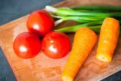 Świezi warzywa przy stołem Zdjęcie Stock