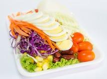Świezi warzywa sałatkowi z slied jajkami Zdjęcia Stock