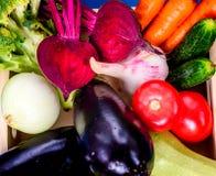 Świezi warzywa w drewnianym pudełku na błękitnym drewnianym tle obraz stock