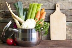 Świezi warzywa w garnku na roczniku wsiadają Zdjęcia Stock
