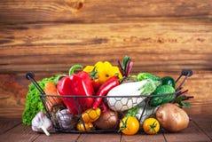 Świezi warzywa w koszu na drewnianej desce fotografia royalty free