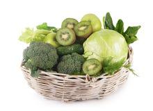 Świezi warzywa w koszu odizolowywającym Obrazy Royalty Free