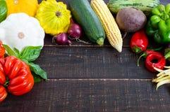 Świezi warzywa zbierający od ogródu na ciemnym drewnianym tle fotografia royalty free