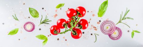 Świezi warzywa, ziele i pikantność na białym tle, zdjęcie royalty free