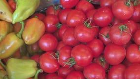 Świezi warzywa, zieleni pieprze i czerwoni pomidory dla sprzedaży na lokalnym jedzeniu, wprowadzać na rynek zbiory wideo