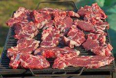 Świezi wieprzowina kotleciki piec na grilla grillu obraz royalty free