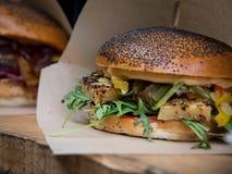 Świezi wyśmienicie piec na grillu hamburgery z serem i sałatką zdjęcie stock