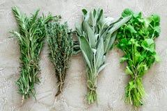 Świezi ziele, greenery dla pikantność i kucharstwo na kamiennego biurka tła odgórnym widoku Obraz Royalty Free