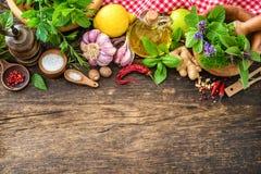 Świezi ziele i pikantność na drewnianym stole fotografia stock