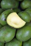 Świezi zieleni avocados na pokazie przy rolnikami wprowadzać na rynek Zdjęcie Stock
