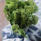 Świezi zieleni brokuły w metalu talerzu Obraz Stock