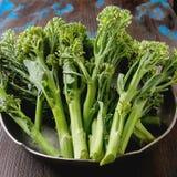 Świezi zieleni brokuły w metalu talerzu Obraz Royalty Free