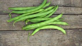Świezi zieleni haricot, cynaderki strąki na nieociosanym drewnianym tle/ zdjęcie royalty free