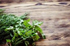 Świezi zieleni koperu i pietruszki ziele na nieociosanym drewnianym stole Odgórny widok z kopii przestrzenią Zdjęcie Royalty Free