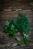 Świezi zieleni koperu i pietruszki ziele na nieociosanym drewnianym stole Odgórny widok z kopii przestrzenią Zdjęcia Stock