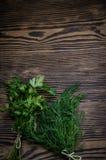 Świezi zieleni koperu i pietruszki ziele na nieociosanym drewnianym stole Odgórny widok z kopii przestrzenią Fotografia Royalty Free