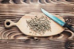 Świniowaci karmowi wyrka na biurku z nożem Obrazy Royalty Free