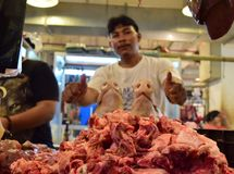Świniowatego mięsa sprzedawca Na rynku fotografia stock