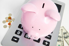 Świniowaty bank i kalkulator Obrazy Stock