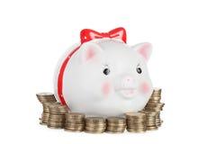 Świniowaty moneybox i złociste monety Zdjęcie Royalty Free