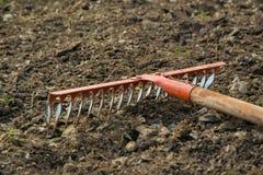 Świntuch w ziemi, uprawiać ogródek/rolniczy pracujący narzędzie Obraz Stock