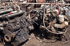 Świstek z starymi silnikami na złomowisku fotografia stock