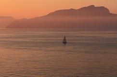 Świt na morzu, żeglowania naczynie capri Italy Obrazy Stock