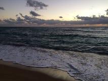 Świt nad Pacyfik widok na ocean od Kapaa plaży parka na Kauai wyspie, Hawaje Obrazy Stock