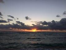 Świt nad Pacyfik widok na ocean od Kapaa plaży parka na Kauai wyspie, Hawaje Zdjęcia Stock