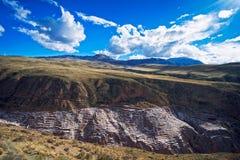 Źródło Salinas De Maras lokalizuje wzdłuż skłonów Qaqawinay góra przy elewacją 3.380 m, w Urumbamba dolinie, zdjęcie stock