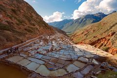 Źródło Salinas De Maras lokalizuje wzdłuż skłonów Qaqawinay góra przy elewacją 3.380 m, w Urumbamba dolinie, obraz royalty free