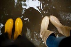 Żółci gumowi buty w wodzie Odgórny widok linii brzegowej zielonej horyzontalnej wizerunku fotografii Sardinia denna nieba roślinn Zdjęcia Royalty Free