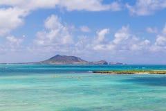 Żółci kajaki w turkusie nawadniają zbliżają Kailua plażę na Oahu obraz stock