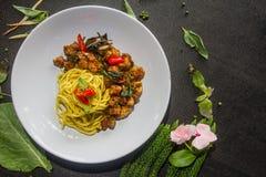 Żółci kluski mieszają smażącą wieprzowinę są warty kosztować menu jedzenia tajlandzki stylowy fotografia royalty free