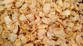 Żółci Kukurydzani płatki rozpraszali na płaskiej powierzchni zbliżeniu fotografia stock
